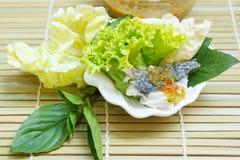 油煎的鲭鱼服务用煮沸的泰国米细面条 免版税库存图片