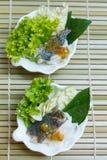 油煎的鲭鱼服务用煮沸的泰国米细面条 库存照片