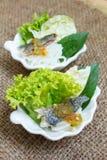 油煎的鲭鱼服务用煮沸的泰国米细面条 图库摄影