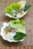 油煎的鲭鱼服务用煮沸的泰国米细面条 库存图片