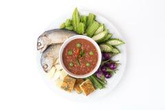 油煎的鲭鱼用虾酱调味汁,泰国虾酱Nam prik kapi泰国传统食物 免版税库存图片