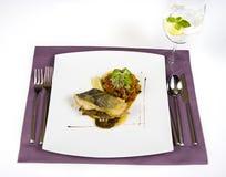 油煎的鳕鱼和沙拉 免版税库存照片