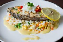 油煎的鳕鱼片和菜 库存图片