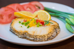 油煎的鳕鱼片和菜 库存照片