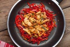 油煎的鸡编结蔬菜 免版税库存图片