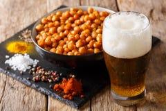 油煎的鸡豆是冰镇啤酒的一道伟大的开胃菜 水平 免版税库存照片