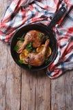 油煎的鸭子腿用桔子,垂直的顶视图,土气样式 免版税库存图片
