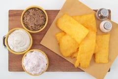 油煎的麦片粥用在空白表的调味汁 免版税库存照片