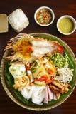 油煎的龙虾用土豆,细面条,青豆, veg盘子  库存照片