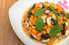 油煎的什塔克菇和红萝卜在圣洁蓬蒿 免版税库存图片