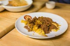 油煎的roti顶部与凝聚牛奶和巧克力力量在点心咖啡馆在清迈,泰国 图库摄影