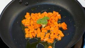油煎红萝卜片断在油的在一个煎锅用硬花甘蓝 影视素材