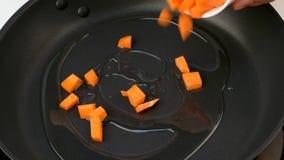 油煎红萝卜片断在油的在煎锅 影视素材