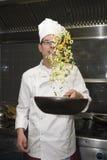 油煎蔬菜的主厨 免版税库存照片