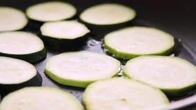 油煎鳄梨调味酱捣碎的鳄梨酱的菜与vegies早餐 股票视频