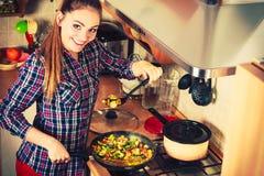 油煎结冰的菜的妇女 混乱油炸物 免版税库存照片
