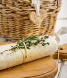 黄油用在被折叠的羊皮纸的草本 库存图片