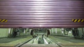 油的货物无盖货车在飞机棚 货物无盖货车的示范,液体的棚车在箱子 大铁老无盖货车 股票视频