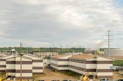 油砂精炼厂产业植物-办公室和汽车停车处唱腔 免版税库存图片