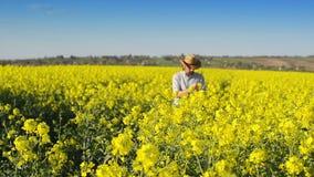 油籽种子油菜籽培养的农业领域的男性农夫审查和控制植物的成长  影视素材