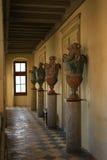 油罐在古老城堡大厅里  图库摄影