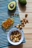 油脂的来源在饮食的:鲕梨,坚果, Ω3复合体 免版税库存照片