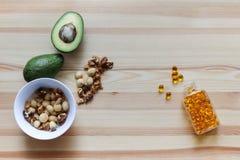 油脂的来源在饮食的:鲕梨,坚果, Ω3复合体 图库摄影