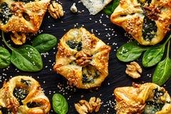 油酥点心充塞用菠菜和戈贡佐拉乳酪在黑暗的背景 免版税图库摄影