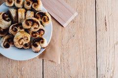 油酥点心在烘烤纸的心脏曲奇饼 免版税库存图片