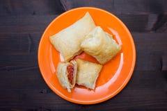 油酥点心开胃菜用蒜味咸腊肠和乳酪在从上面被看见的木 库存照片