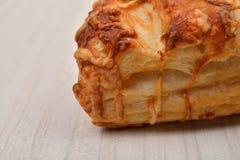 油酥点心用在木背景的酸奶干酪 复制空间 免版税库存照片