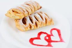 油酥点心用苹果和桂香 可口点心用苹果和桂香 在一块板材的点心有心脏的绘了果酱 库存图片