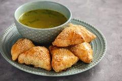 油酥点心用鸡肉, samosa,东方乌兹别克人烹调 免版税库存图片