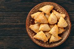 油酥点心用鸡肉, samosa,东方乌兹别克人烹调 免版税图库摄影