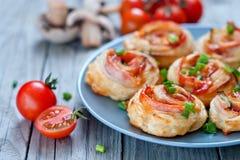 油酥点心滚动用火腿和chese 被烘烤的快餐 免版税库存图片