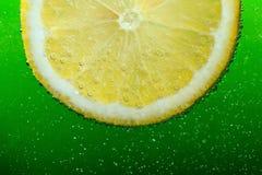 油滑和柠檬和约翰likuyd vith bubles他和绿色batskground 库存照片