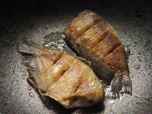 油腻的油煎的鱼 图库摄影