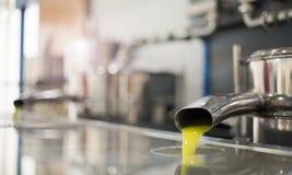 油从管倾吐在冷新闻工厂在橄榄色收获以后 免版税库存图片