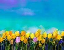 油画郁金香花 递油漆黄色和紫罗兰色郁金香花在领域有青绿的天空背景 图库摄影