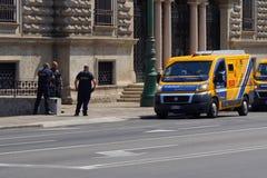 治安警卫和武装的搬运车在意大利银行的入口前面 库存图片