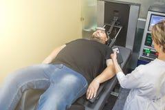 治疗人的脊椎补救物理疗法的人通过舒展用在诊所的特别医疗设备 图库摄影