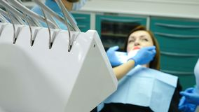 在牙医办公室 治疗患者的女性医生体验在联接的一些下颌痛苦 牙齿椅子的年轻女人 股票录像