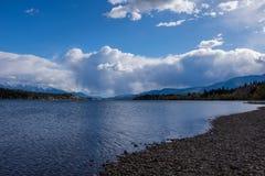 沿一个加拿大湖的多岩石的海滩在不列颠哥伦比亚省 免版税库存图片