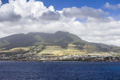 沿一个圣克里斯多福与尼维斯海岛的海岸线加勒比的 免版税库存图片