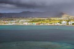 沿一个圣克里斯多福与尼维斯海岛的海岸线加勒比的 库存图片