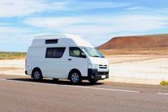 沿一个盐湖在澳洲内地,澳大利亚的露营者货车 免版税库存照片