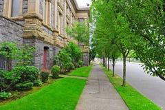 沿一个老大厦的城市边路 免版税库存图片