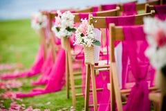 沿一个走道的花在婚礼 免版税库存图片