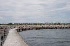 沿一个防堤的走的平台在K丹麦假期镇  库存照片