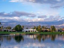 沿一个高尔夫球场的豪华家在棕榈Desert 免版税库存照片